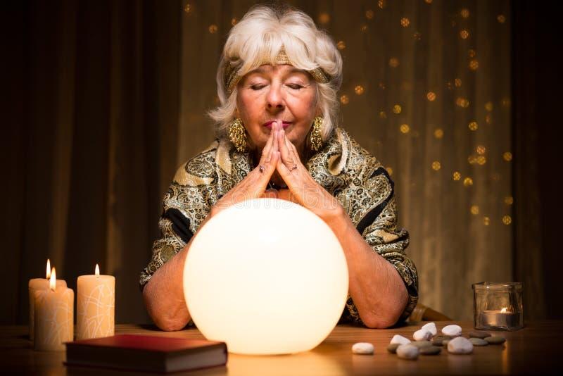 Het voorspellen van toekomst van kristallen bol royalty-vrije stock fotografie