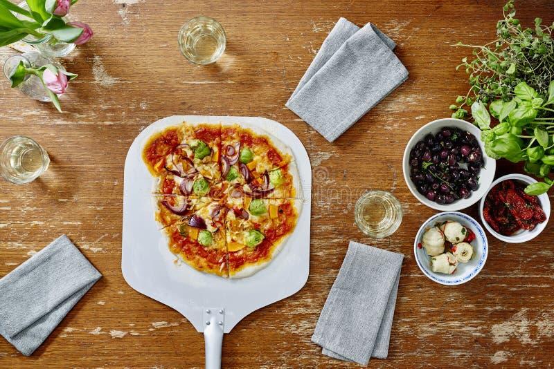 Het voorstellen van organische vegetarische pizza op pizzashovel royalty-vrije stock foto's