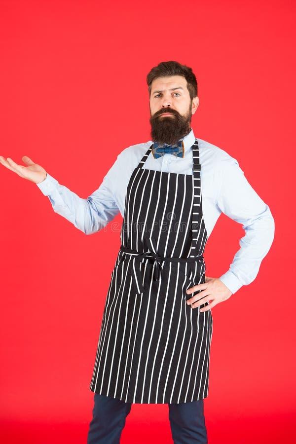 Het voorstellen van uw product Zekere mensenarbeider of kelner Grillarbeider die barbecueschort dragen Herenkapper of haarsalon royalty-vrije stock foto's
