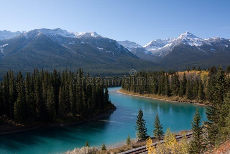 Het vooruitzicht van het de valleibrede rijweg met mooi aangelegd landschap van de boog stock fotografie