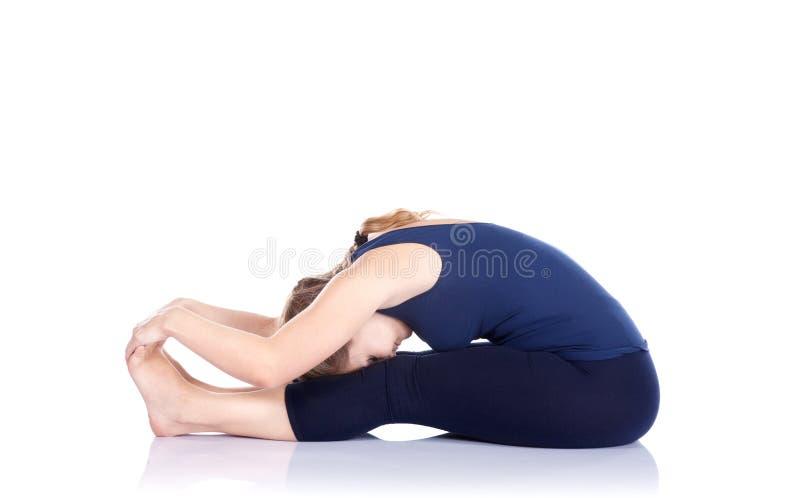 Het voorwaartse stelt buigen van de yoga stock fotografie