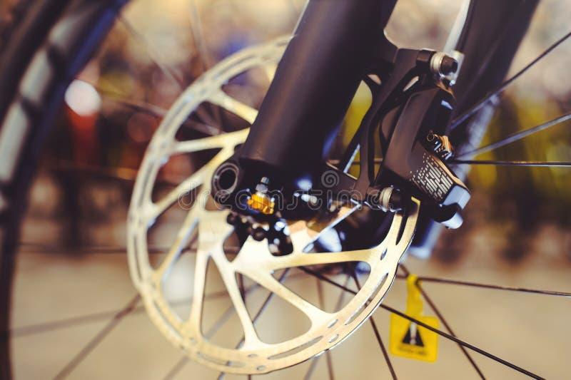 Het voorwiel van de bergfiets met mechanisch schijfhuwelijk Een deel van de rem van de Bergfiets in dichte omhooggaand royalty-vrije stock afbeelding