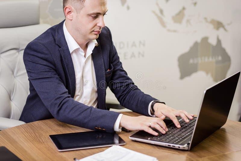 Het Voorzien van een netwerkconcept van zakenmanworking laptop connecting, Zaken stock foto's