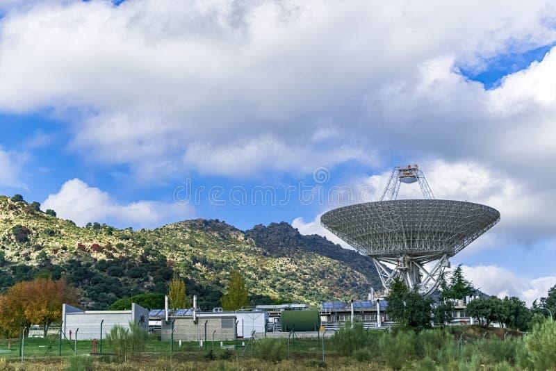 Het voorzitten het complex met een grote antenne die omhoog onderzoekend diepe ruimte kijken stock foto's