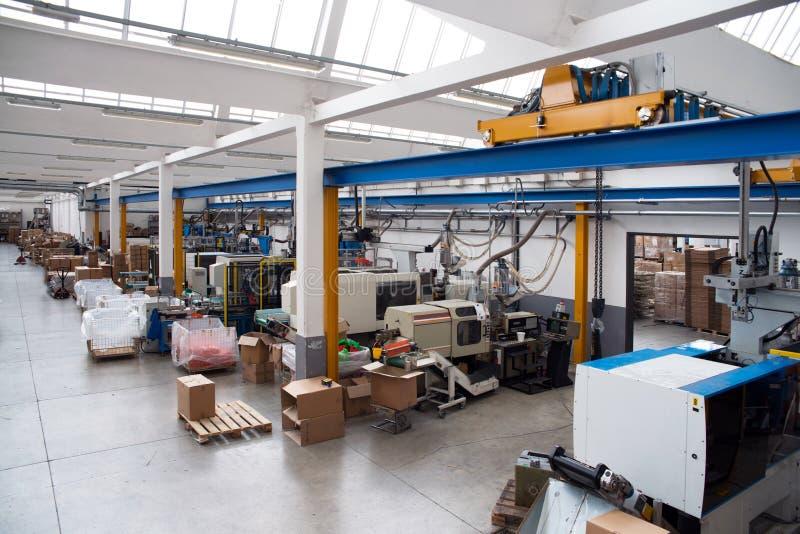 Het vormen van de injectie machines in een grote fabriek royalty-vrije stock foto's
