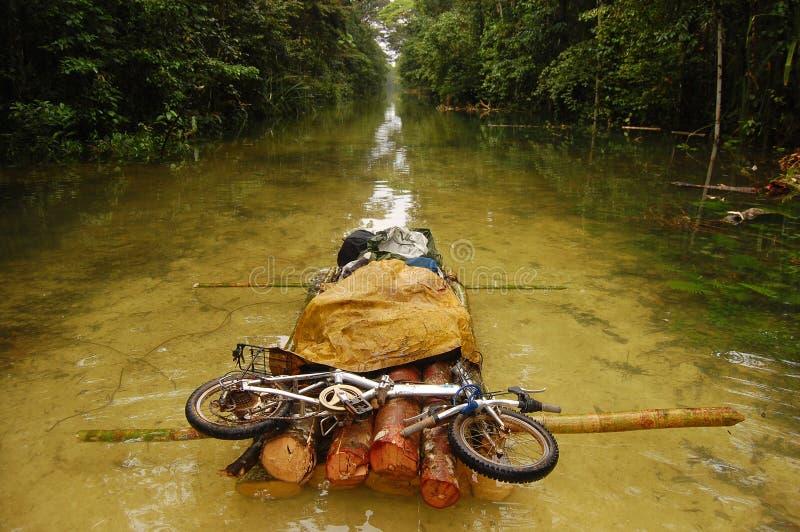 Het vouwen bycicle bij vlot overstroomde grintweg stock foto