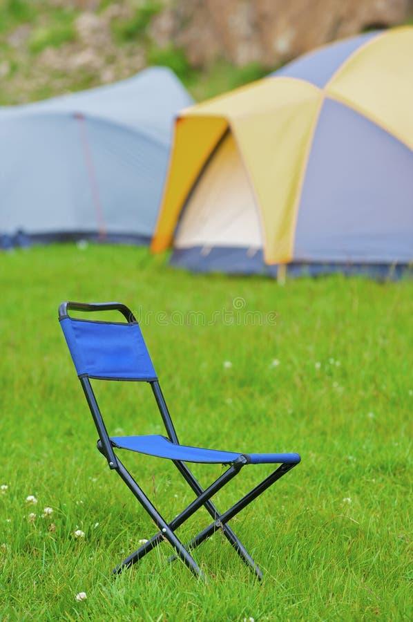 Het vouwen van blauwe kampeerstoel royalty-vrije stock foto