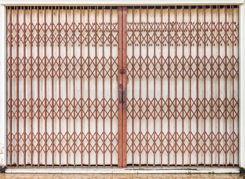 Het vouwen van de oude rode poort van de metaaldeur stock foto's