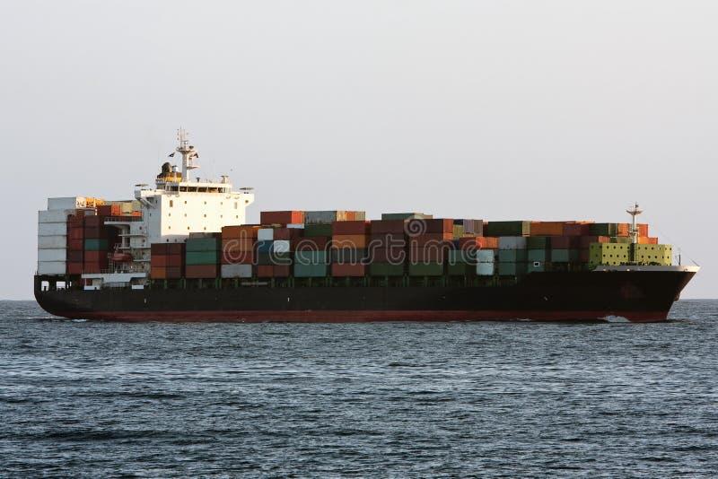Het vrachtschip van de container op zee. stock afbeeldingen