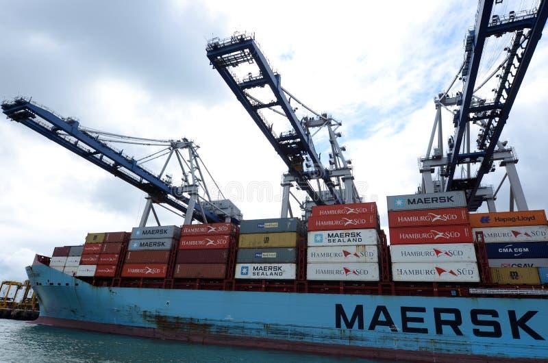 Het vrachtschip van de Maersklijn het leegmaken containers in Havens van Auckland stock fotografie