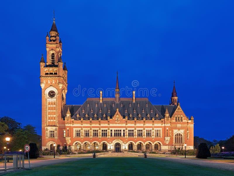 Het Vredespaleis bij avond in Den Haag, Nederland stock foto's
