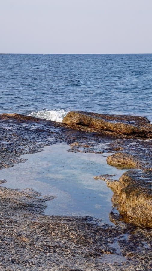Het vreedzame Oceaan Verpletteren op de Rotsen in Zuid-Korea stock foto's