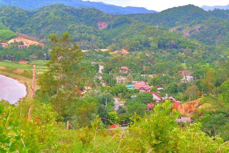 Het vreedzame Vietnamese dorp dichtbij de poort royalty-vrije stock afbeelding