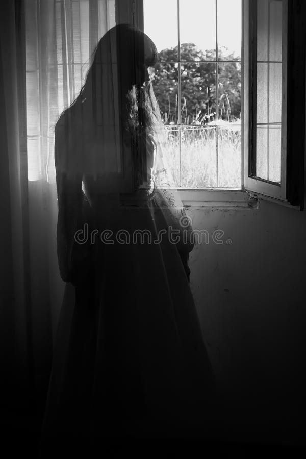 Het vreemde geheimzinnige meisje royalty-vrije stock foto