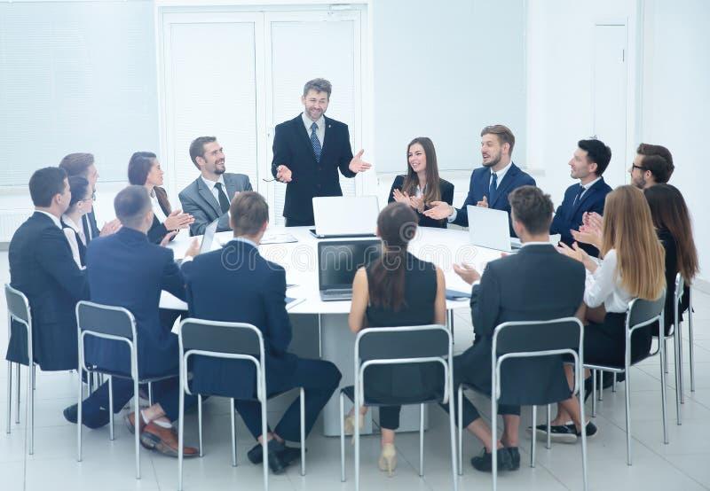 Het vriendschappelijke commerciële teamapplaus begroette zijn werkgever vóór busi stock foto's