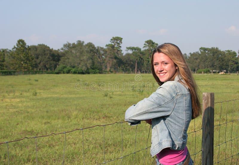 Het vriendschappelijke Meisje van het Landbouwbedrijf stock afbeeldingen