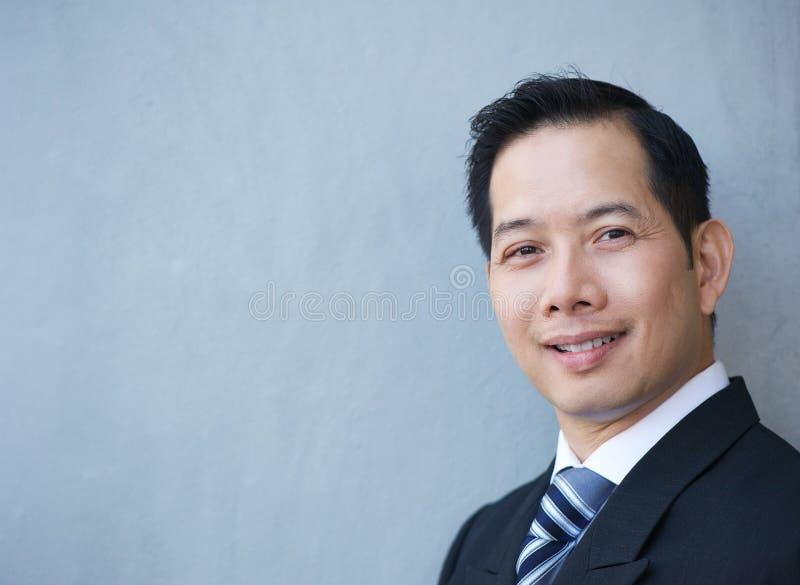 Het vriendschappelijke zakenman glimlachen stock foto