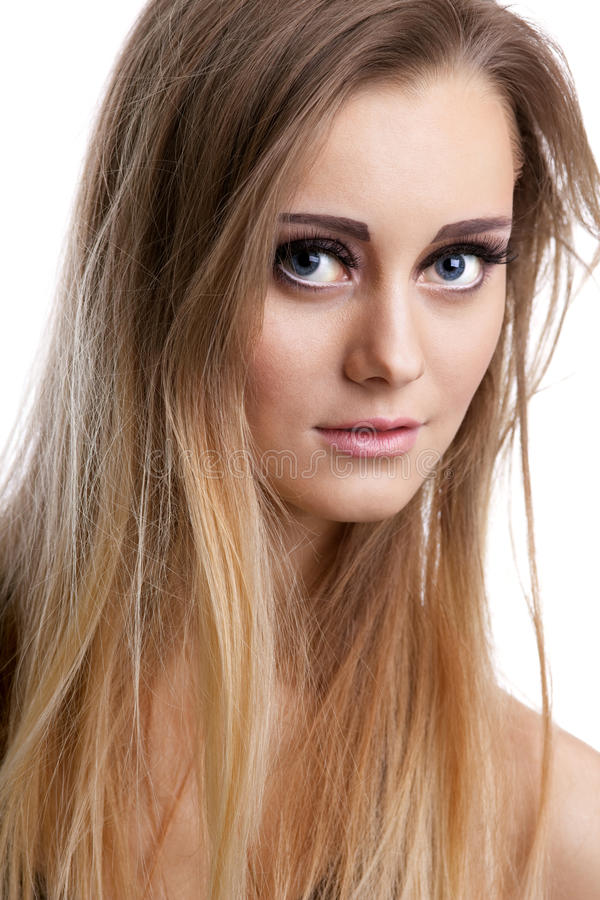 Het vrij blonde meisje bekijkt u - close-upportret stock afbeeldingen