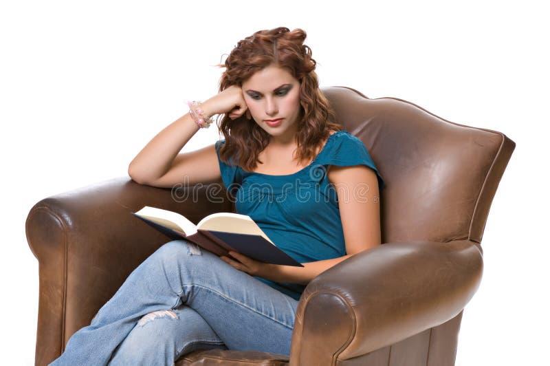 Het vrij jonge boek van de vrouwenlezing stock afbeeldingen
