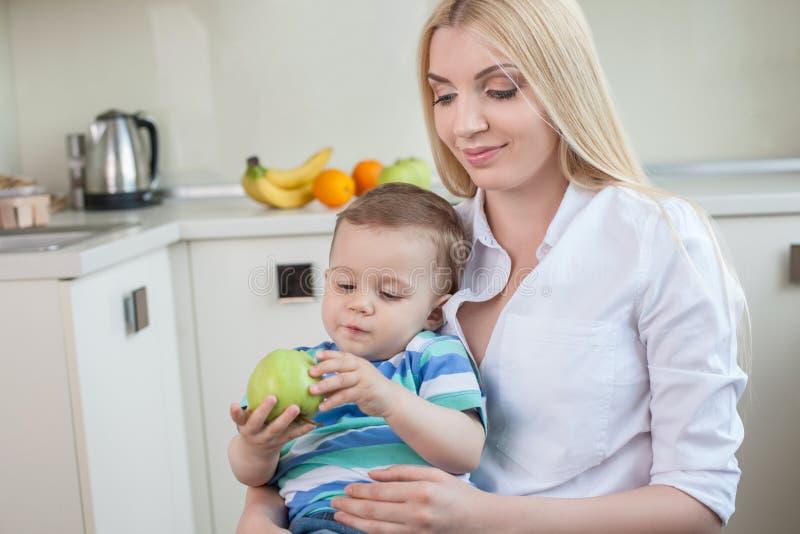 Het vrij jonge mamma zit met haar binnen baby royalty-vrije stock foto's