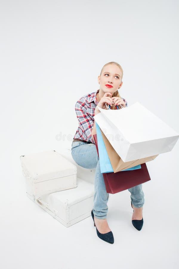 Het vrij jonge meisje doet het winkelen in boutique royalty-vrije stock afbeeldingen