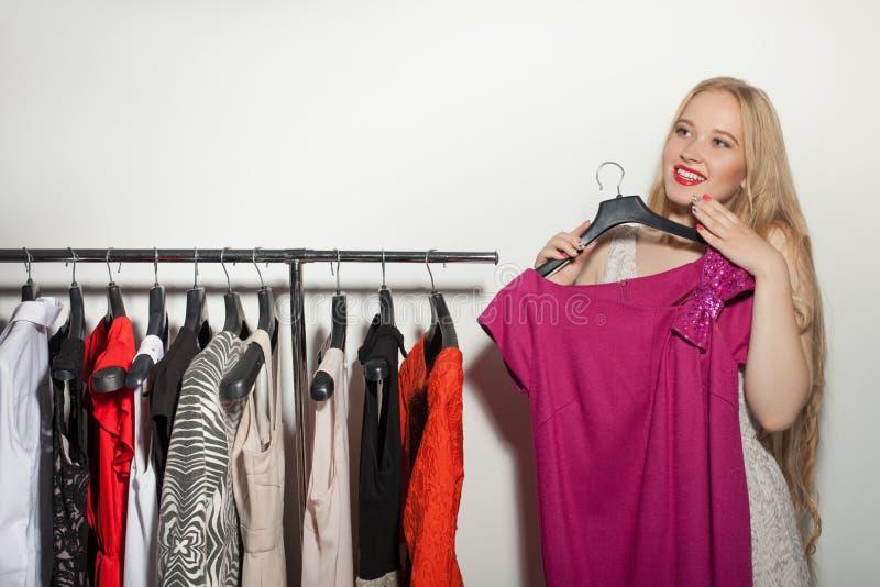 Het vrij jonge meisje winkelt in boutique royalty-vrije stock afbeelding