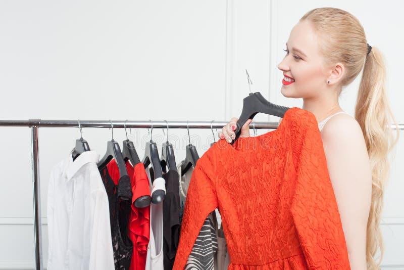 Het vrij jonge meisje winkelt in opslag royalty-vrije stock afbeeldingen
