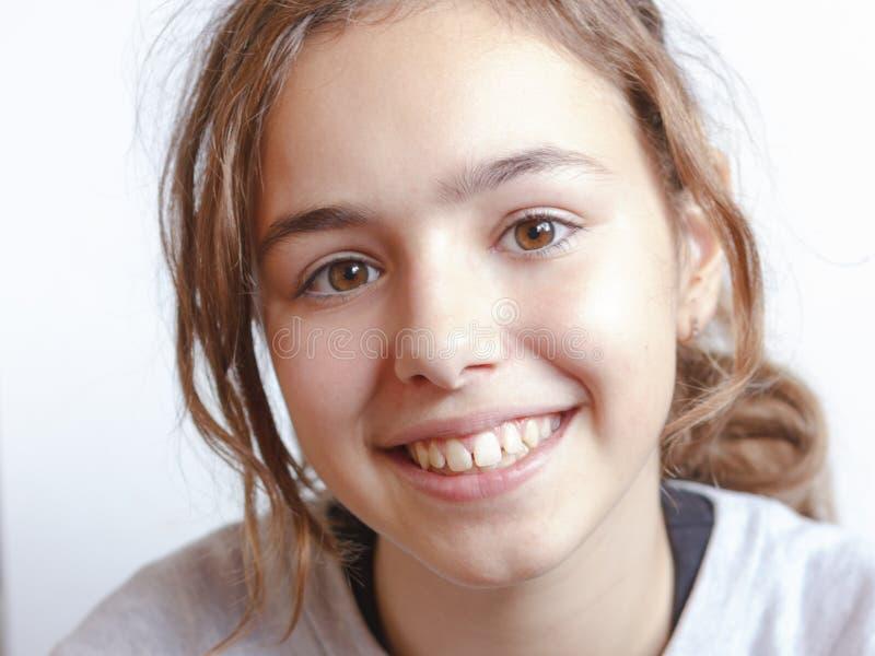 Het vrij mooie jonge meisje van het tienerblonde met het bruine portret van het ogenclose-up royalty-vrije stock foto's