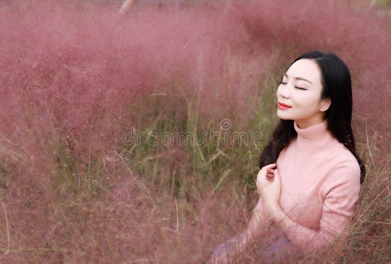 Het vrij mooie leuke Aziatische Chinese vrouwenmeisje vindt vrijheid de zoete droom van de de herfstdaling van het bloemgebied va royalty-vrije stock fotografie