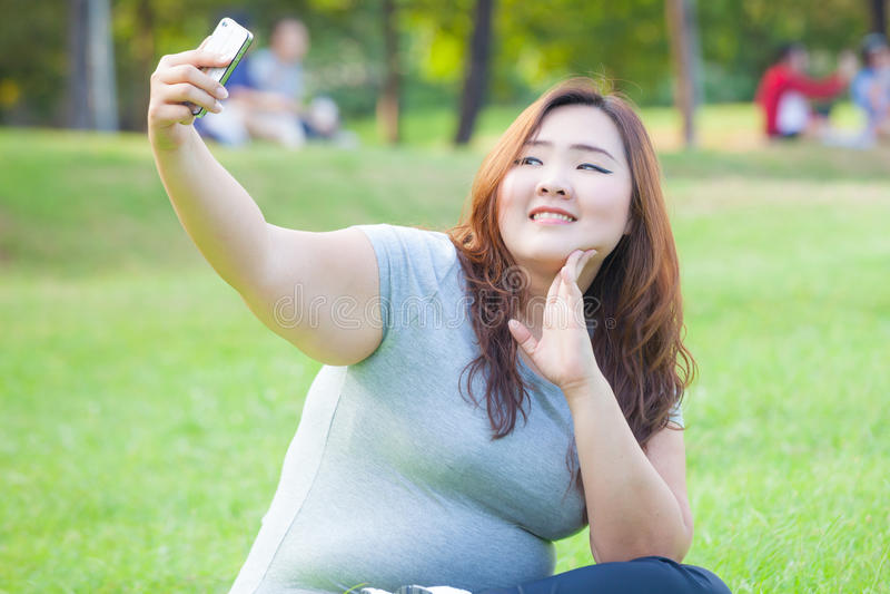 Het vrij vette wijfje neemt reis selfie royalty-vrije stock foto's