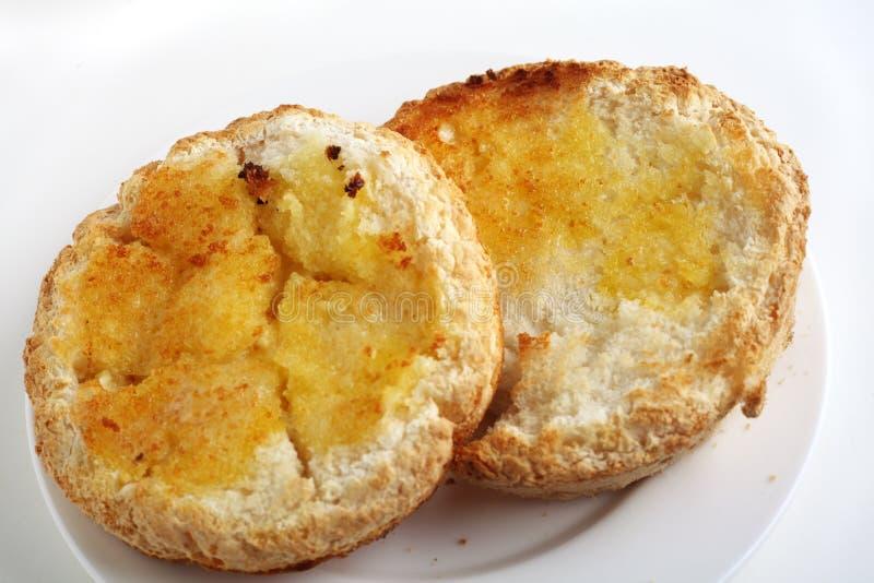 Het vrije geroosterd en beboterde broodje van het gluten royalty-vrije stock fotografie
