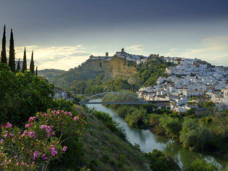 Het vroege avondzonsondergang lichte vallen op de stad van Arcos de la Frontera, Andalucia, Spanje stock afbeeldingen