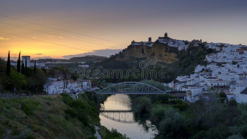 Het vroege avondzonsondergang lichte vallen op de stad van Arcos de la Frontera, Andalucia, Spanje royalty-vrije stock foto