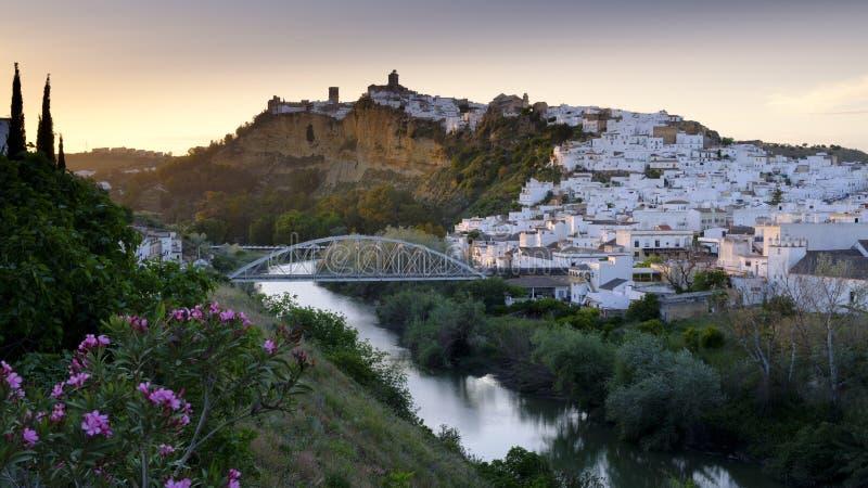 Het vroege avondzonsondergang lichte vallen op de stad van Arcos de la Frontera, Andalucia, Spanje stock foto