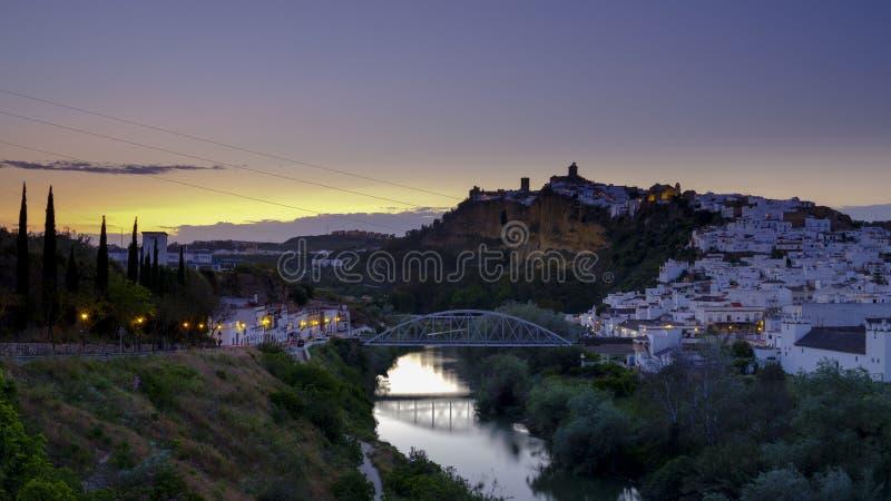 Het vroege avondzonsondergang lichte vallen op de stad van Arcos de la Frontera, Andalucia, Spanje royalty-vrije stock afbeeldingen