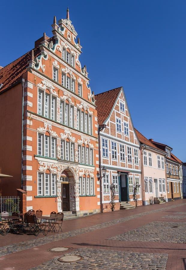 Het vroegere burgemeester` s huis bij a cobblestoned straat in Stade stock afbeelding