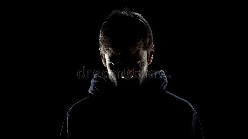 Het vroegere misdadige schuldige gevoel, betreurt op ernstig mannelijk gezicht, kerel die besluit nemen royalty-vrije stock afbeelding
