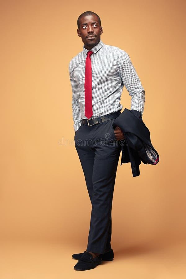 Het vrolijke Afrikaanse zakenman stellen bij studio royalty-vrije stock foto's