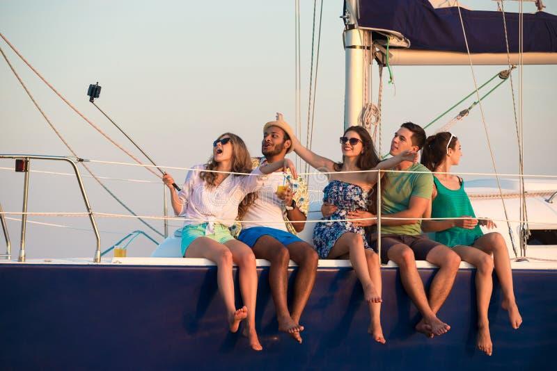 Het vrolijke bedrijf viert verjaardag op een jacht stock fotografie