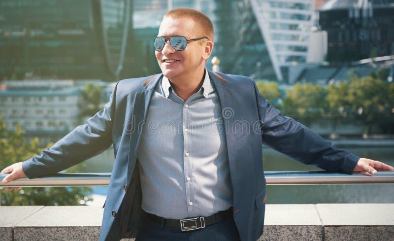 Het vrolijke bedrijfsmens glimlachen In openlucht Portret stock foto's