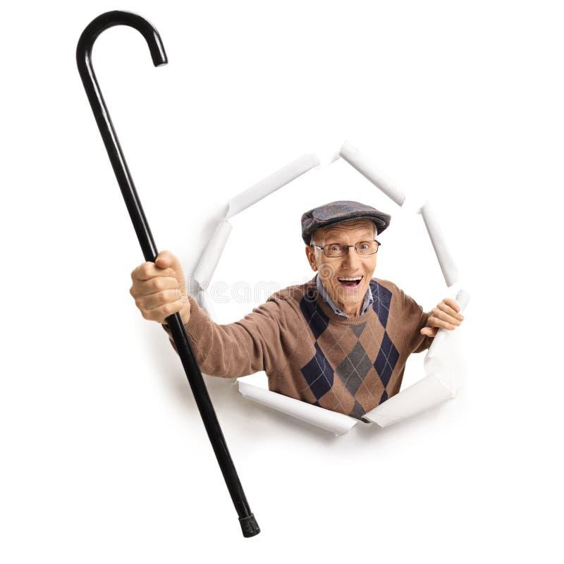 Het vrolijke bejaarde breken door document stock afbeelding