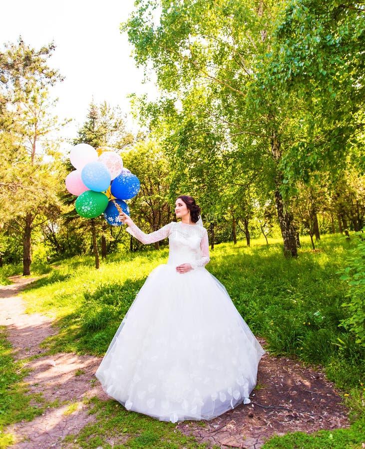 Het vrolijke bruid stellen met bos van ballons royalty-vrije stock foto's