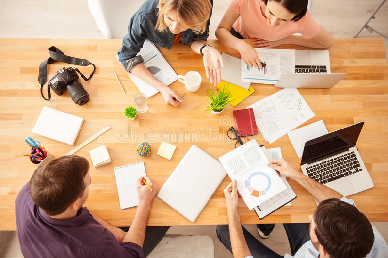 Het vrolijke creatieve team werkt met vreugde stock afbeeldingen