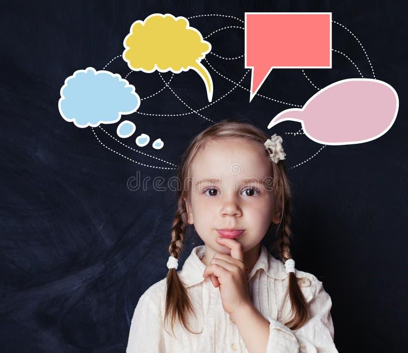 Het vrolijke denkende kindmeisje met toespraak betrekt bellen op zwarte royalty-vrije stock fotografie