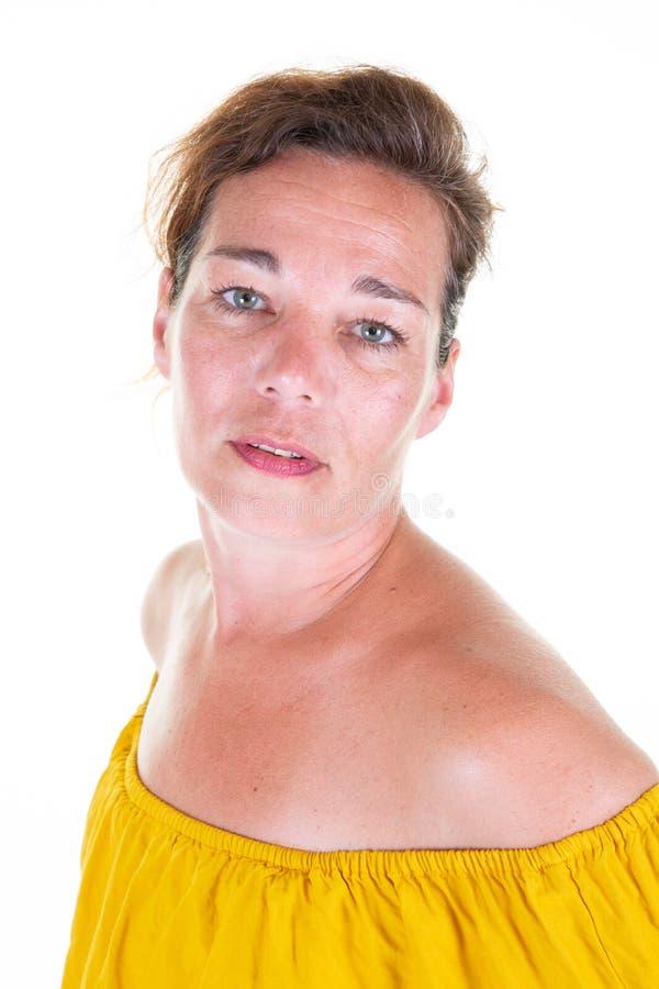 Het vrolijke donkerbruine vrouw stellen vol vertrouwen op wit geïsoleerde achtergrond royalty-vrije stock afbeelding