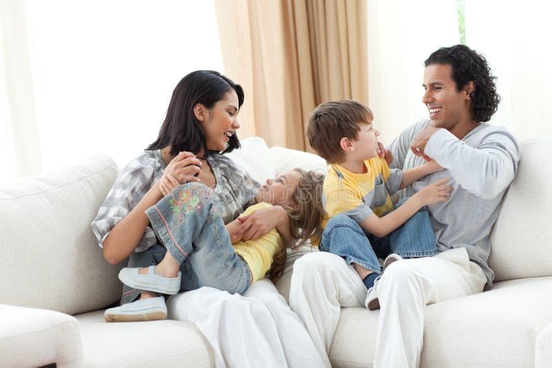 Het vrolijke familie spelen in de woonkamer royalty-vrije stock foto