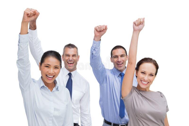 Het vrolijke het werkteam stellen met omhoog handen royalty-vrije stock foto