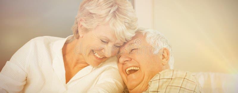 Het vrolijke hogere paar lachen stock foto