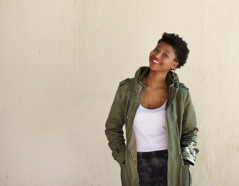Het vrolijke jonge Afrikaanse Amerikaanse vrouw glimlachen stock fotografie