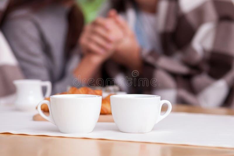 Het vrolijke jonge houdende van paar rust in koffie stock fotografie